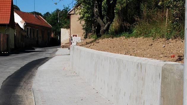 Pošenská ulice vPacově se stala pro chodce bezpečnější. Novému chodníku musely ustoupit zahrádky a celé místo se  rozšířilo.