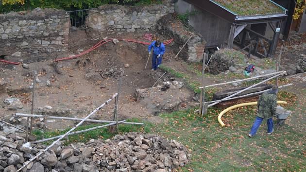 Návštěvníci zříceniny hradu Orlík nad Humpolcem si nemohou nevšimnout, že archeologové zkoumají přístavek paláce na západní straně dolního nádvoří (na snímku vlevo). Pravděpodobně objevili pozůstatek hradní kuchyně ze šestnáctého století.