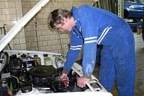 Tomáš Palán se točí okolo spravování aut odmala. Zkušenosti z domácí dílny se mu dnes znamenitě hodí.