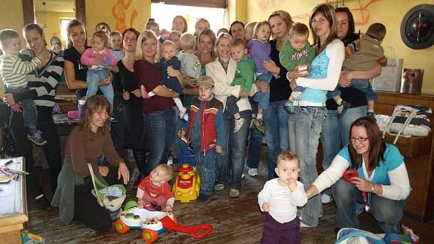 Pelhřimovské maminky nechtějí s dětmi sedět doma. Chybí jim centrum, kde by se mohly scházet
