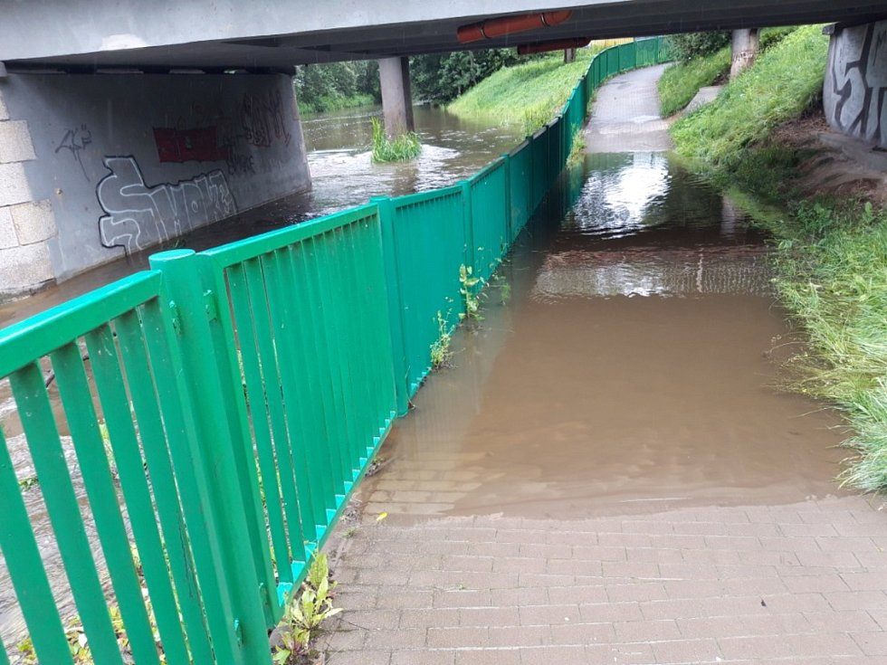 Vzedmutá hladina řeky Jihlava.