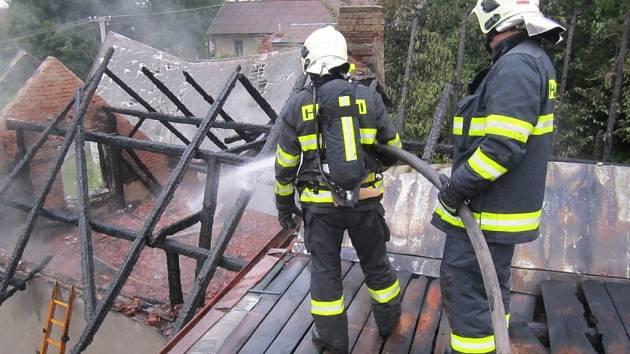 Požár v Černovicích likvidovaly tři jednotky profesionálních a dobrovolných hasičů.
