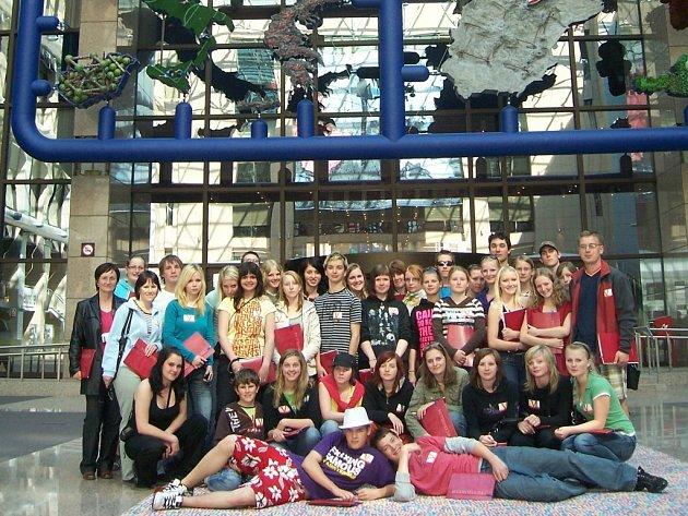 Pelhřimovští studenti se nechali v Bruselu zvěčnit před ještě nerozebranou Entropou.