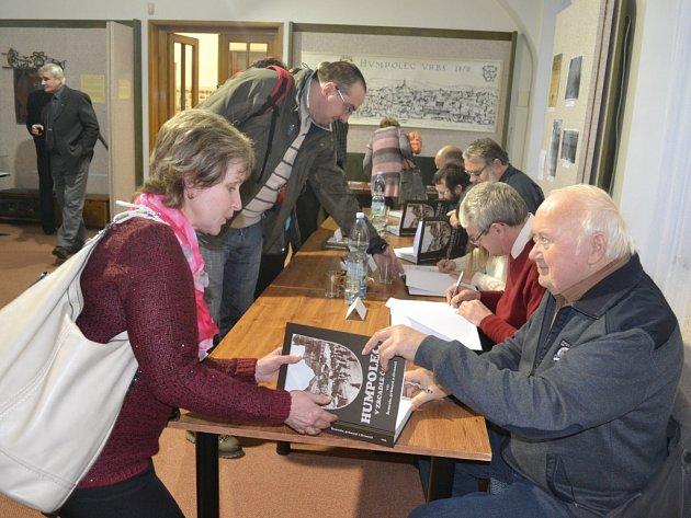 Vernisáží a setkání s autory knihy začala v úterý odpoledne nová výstava v sále humpoleckého muzea na Horním náměstí.
