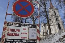 Ve čtvrtek  bylo u kaple Svatého Kříže na ceduli napsáno, že se v pátek od 6 hodin začne kácení stromů. Vozidla, která zde budou parkovat, budou odtažena. Po verdiktu inspekce kácení nebude tak velké, jak se plánovalo.