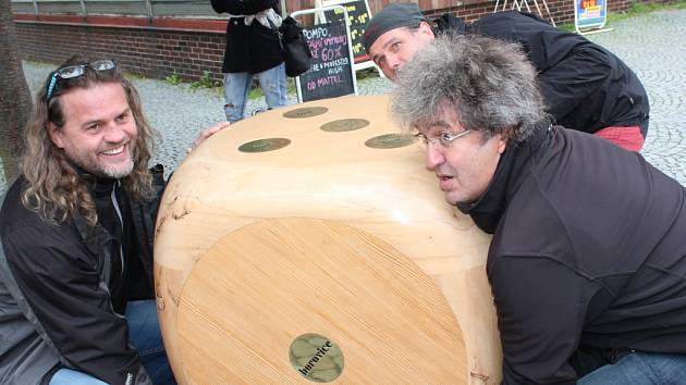 S instalací obří kostky, která je zapsána do České knihy rekordů jako největší a nejtěžší dřevěná hrací kostka, pomáhala i vysokozdvižná plošina.