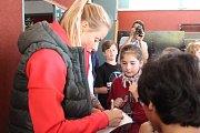 Beachvolejbalistiky Markéta Sluková Nausch a Barbora Hermanová na Základní škole Osvobození v Pelhřimově.