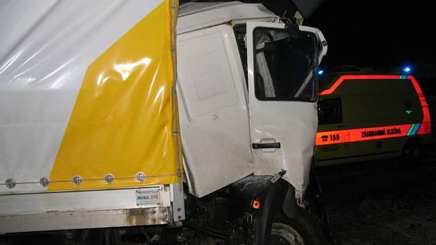 Mezi nejvážnější páteční nehody patřil karambol dvou nákladních vozidel v katastru obce Dehtáře, kde museli hasiči z kabin vyprostit zaklíněné řidiče.