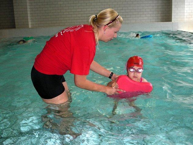 V dobrých rukou. Děti v plaveckém oddílu se připravují pod dohledem zkušených trenérů.