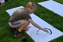 """Malí šikulové se za pomoci svých nejbližších podíleli na realizaci veřejné platformy, jež v pátek """"vyrostla"""" v humpoleckém parku Stromovka."""
