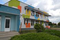 Do šedé budovy s barevnými geometrickými obrazci nastoupí v pondělí na padesát dětí.