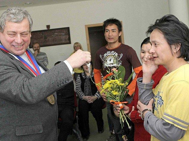 Rodina Wahových z Barmy od včerejška oficiálně bydlí v Přibyslavi na Havlíčkobrodsku.