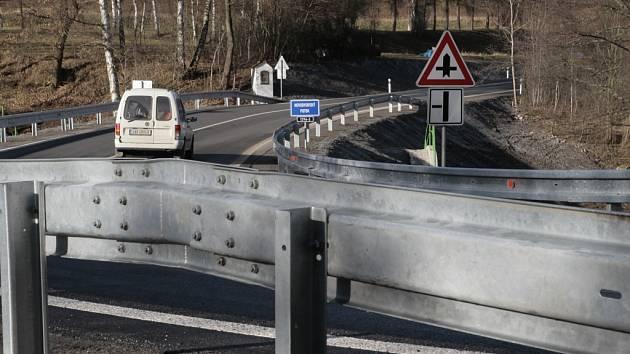 Už téměř měsíc se jezdí po novém mostě u Pošné, díky němuž konečně skončila několikaměsíční uzavírka silnice mezi Pošnou a nedalekým Pacovem.