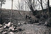 Na snímku je vyobrazená nově nasypaná hráz v rybníku Kalich v místech původních stavidel. Gabrielka se nachází zhruba jeden a půl kilometru na jihozápad od Kamenice nad Lipou.