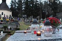 Dušičky jsou tradičně časem, kdy lidé míří na hřbitovy.