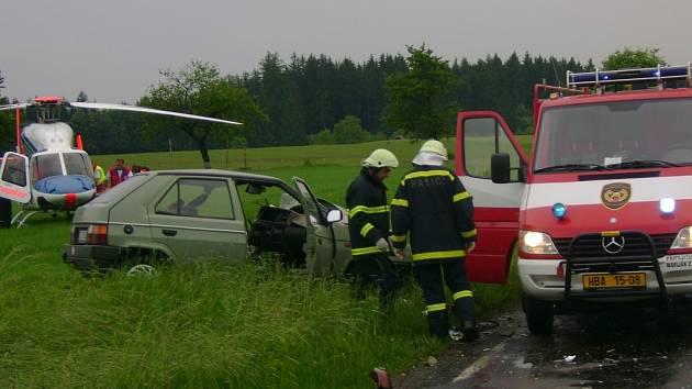 Čelní střet dvou osobních vozidel ve středu v 18:51 na komunikaci u obce Horní Prosíčka na Havlíčkobrodsku si vyžádal tři zraněné osoby.