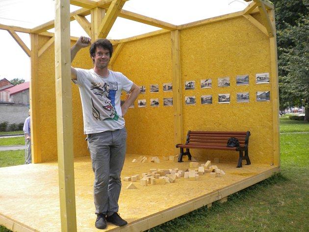 Humpolecký park Stromovka je již třetí léto Mekkou kultury a setkávání. Díky dřevěnému altánku. Na snímku je hlavní iniciátor Platformy Petr Machek.