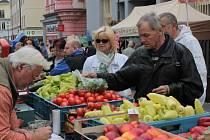 Prodejci nabízí ovoce a zeleninu i ve stáncích.