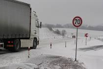 Silnice z Kamenice nad Lipou do Pelhřimova je prosolená. Jen úsek nad Božejovem je pokryt navátým sněhem a může zkomplikovat řidičům jízdu.