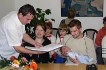 Do řečické kroniky se místostarostovi Dušanovi Obrancovi při sobotním vítání občánků podepsali také Veronika Strapcová a Lukáš Bláha.