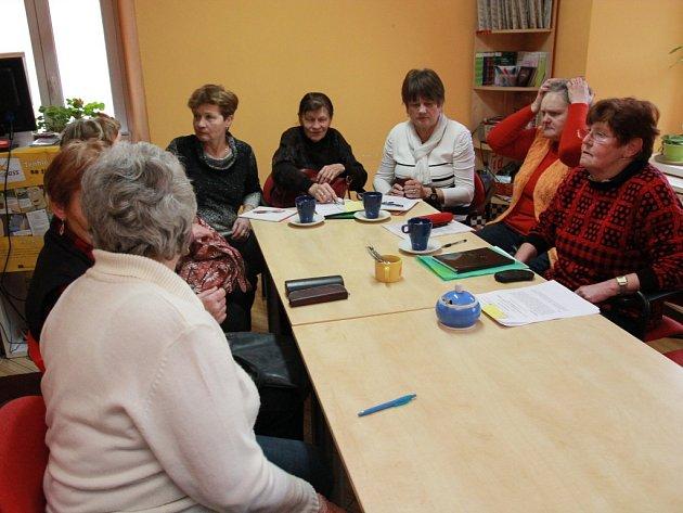 Ve čtvrtek začal v Pelhřimově v pořadí už jedenáctý semestr univerzity třetího věku, kterou pořádá Seniorpoint Hodiny H. Studentky usedaly ke stolu dávno před patnáctou hodinou.