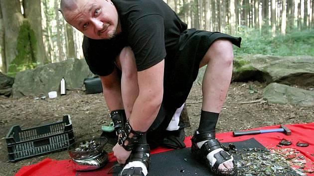 """Petr Fiedor má lejstro na řadu """"bolavých"""" rekordů. Nechal se zapálit a běhal po náměstí, ulehl do truhly plné střepů. Včera si je nasypal do sandálů a vystoupil na Křemešník."""