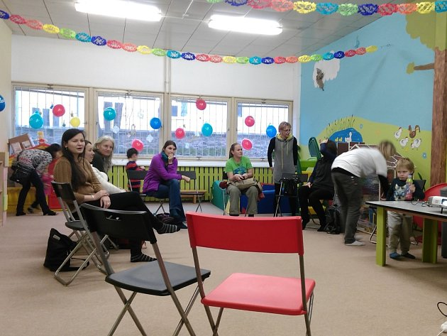 V pátek se několik zájemců o výuku dětí na škole typu Montessori  sešlo v centru Krteček.