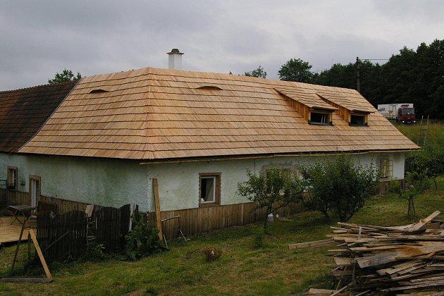 Chaloupka s šindelovou střechou