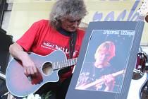 Ve Zbrašíně u Loun se roku 2011 sešla kapela Karamel, aby uctila památku kolegy, který zemřel při nehodě.