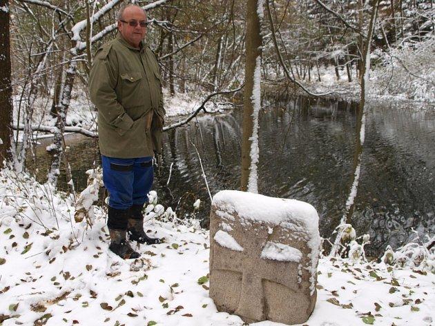 Smírčí kříž s prvním letošním sněhem vrátil opět na své místo na hrázi Horních Kladin Josef Hodač (na snímku).