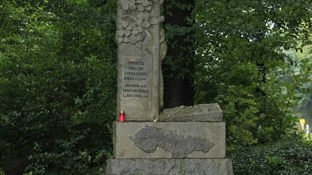 Pomník padlým  stojí u silnice kousek od Hánova mlýna mezi Dobrou Vodou a Zajíčkovem.