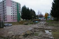Mimo jiných komplikací se museli pracovníci na sídlišti vypořádat po dešti i s bahnem.