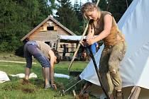 Začátkem týdne už začali skauti a skautky ze střediska Fidelis et Fortis Kamenice nad Lipou se stavbou letního tábora.