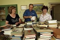 Úderem pátečníší osmnácté hodiny se čtenářům vůbec poprvé otevře bořetínská knihovna. Na snímku jsou obě knihovnice Růžena Štroufová (vlevo) a Libuše Dvořáčková se starostou obce Stanislavem Koukalem.