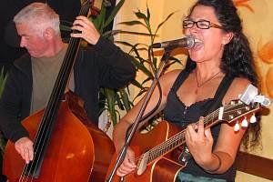 Temperamentní a přitom procítěný projev zpěvačky Iky Kraicové opanoval v pátek večer pelhřimovskou kavárnu Tygřík.