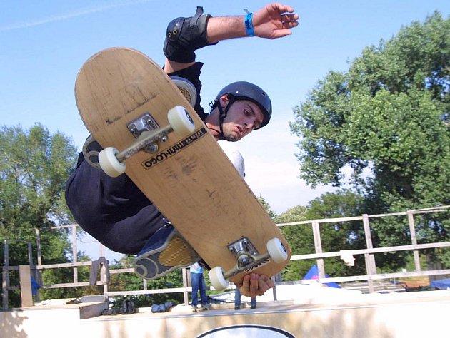 U sportovní haly v Pelhřimově se to bude v sobotu hemžit skateboardisty. Sejdou se tam na třetí ročník závodů s názvem Skate Jam Vol.3. Ilustrační foto.