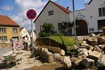 V Horní Cerekvi nyní probíhá oprava kamenné opěrné zdi na hlavním náměstí, u výjezdu do ulice Kouřimského směrem na Nový Rychnov.