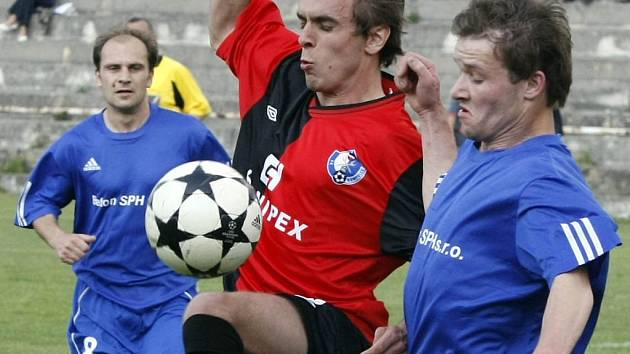 Fotbalisté Bystřice (vlevo v modrém Marek Matuška, vpravo Luboš Zbytovský) z posledních čtyř zápasů pojedou třikrát ven, nyní dokonce dvakrát za sebou.