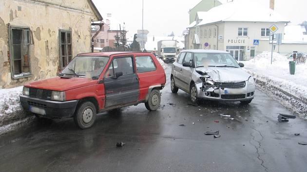 Nehody se nevyhnou křižovatkám ani úseku mezi nimi.