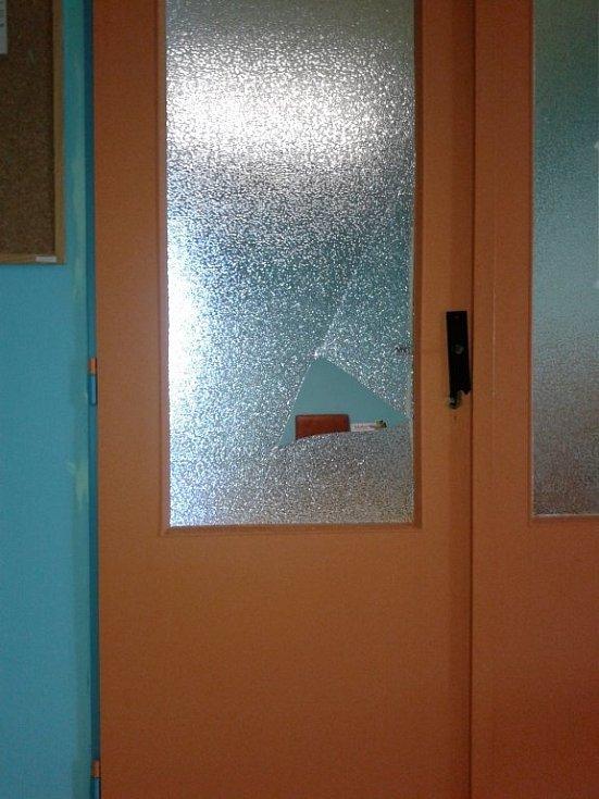 V ordinacích pacovské polikliniky zbyl po řádění nevítaného hosta jen nepořádek a rozházené věci.