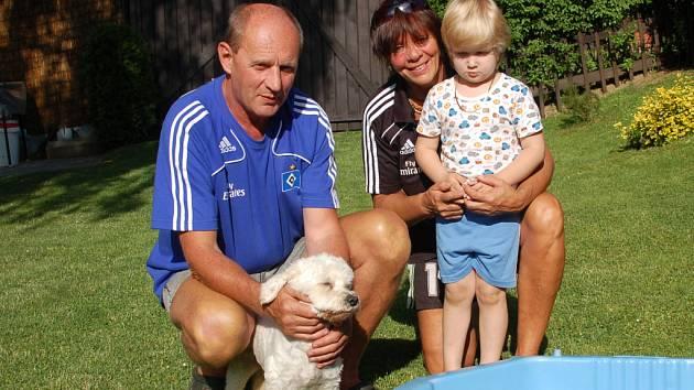 Rodiče Jaroslava Drobného sice mistrovství Evropy sledují, ale pohodu si vzít nedají. Společnost jim v těchto dnech dělají vnučka Barunka a brankářův pes Albík.