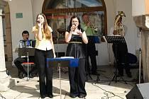 Nedělní dopoledne zpestřila posluchačům na pelhřimovském náměstí Malá muzika.