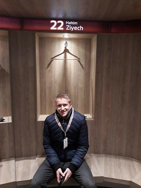 Foto 5: Další fotka zHolandska, zšatny Ajaxu. Využil jsem příležitost a sedl jsem si na místo mého nejoblíbenějšího hráče.