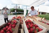 Už několik dní jsou v Pelhřimově kdostání jahody pocházející od Kuřimi na jihu Moravy, každoroční první tuzemská nabídka sezonního ovoce.