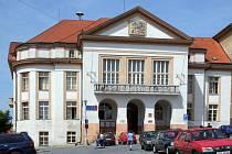 Původní špaletová okna na pacovské radnici budou vyměněna za dřevěná se stejným vzhledem.