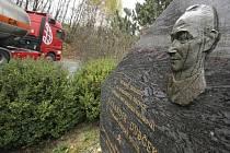 Pomník Alexandera Dubčeka u dálnice