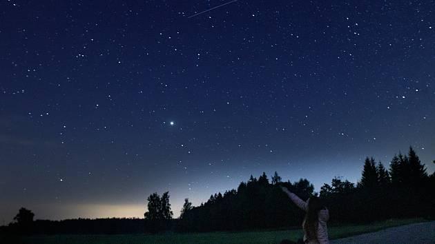 Páteční noční obloha u Častrova na Pelhřimovsku.