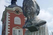 U vchodu do zámecké zahrady je busta Vítězslava Nováka.