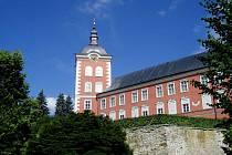 Nejvíce návštěvníků jezdí do Kamenice obdivovat několik set let starou lípu a také zámek. Ten slouží jako depozitář sbírek Uměleckoprůmyslového muzea v Praze. To celý objekt také vlastní. V zámku turisté najdou i kamenické městské muzeum.
