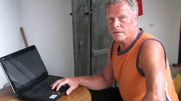 Karel Suchý nyní tráví spoustu volného času v Sázavě pod Křemešníkem. Má tam na psaní potřebný klid.